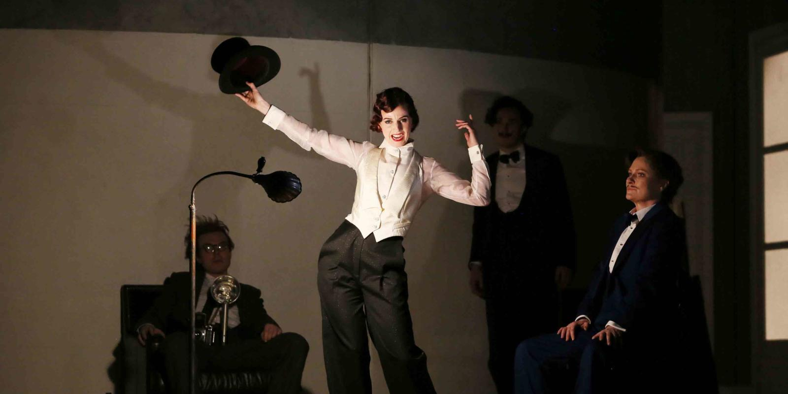 Sarah Tynan playing Partenope in ENO's 2017 production of Partenope