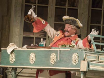 An image of Eleazar Rodriguez in Jonathan Miller's 2015 production of Barber of Seville
