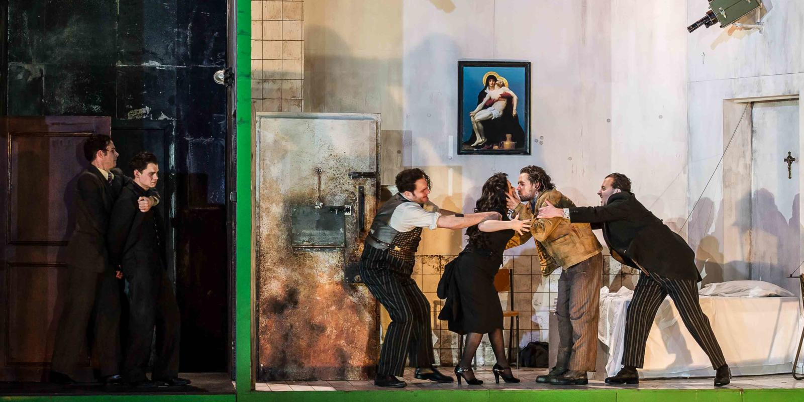 An image of the cast of Richard Jones's 2014 production of Rodelinda