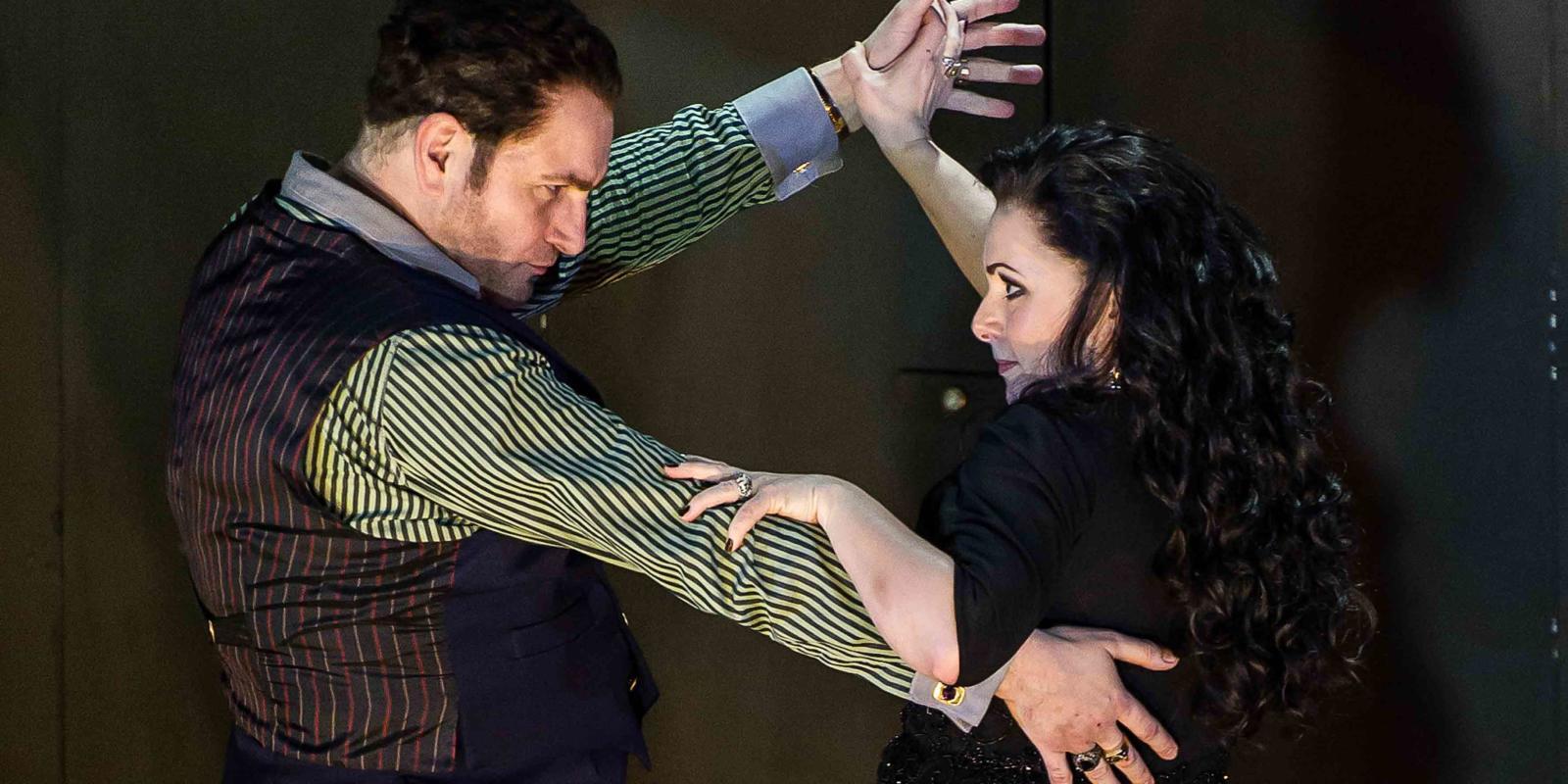 An image of John Mark Ainsley and Rebecca Evans in Richard Jones's 2014 production of Rodelinda