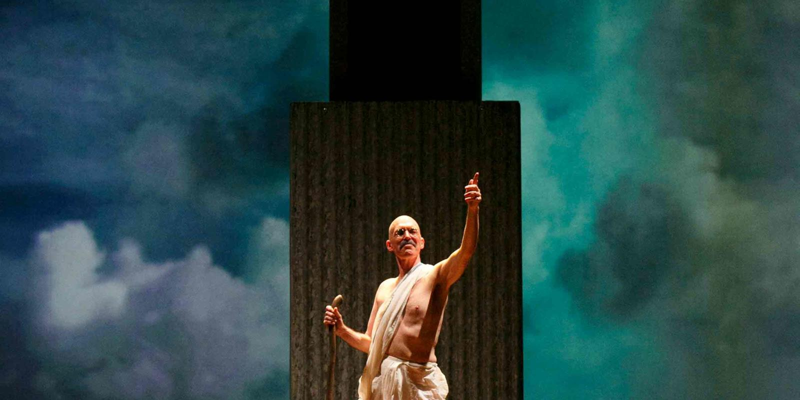 An image of Alan Oke and a member of skills ensemble in Phelim McDermott's 2013 production of Satyagraha