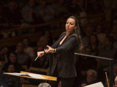 valentina peleggi conducting her orchestra