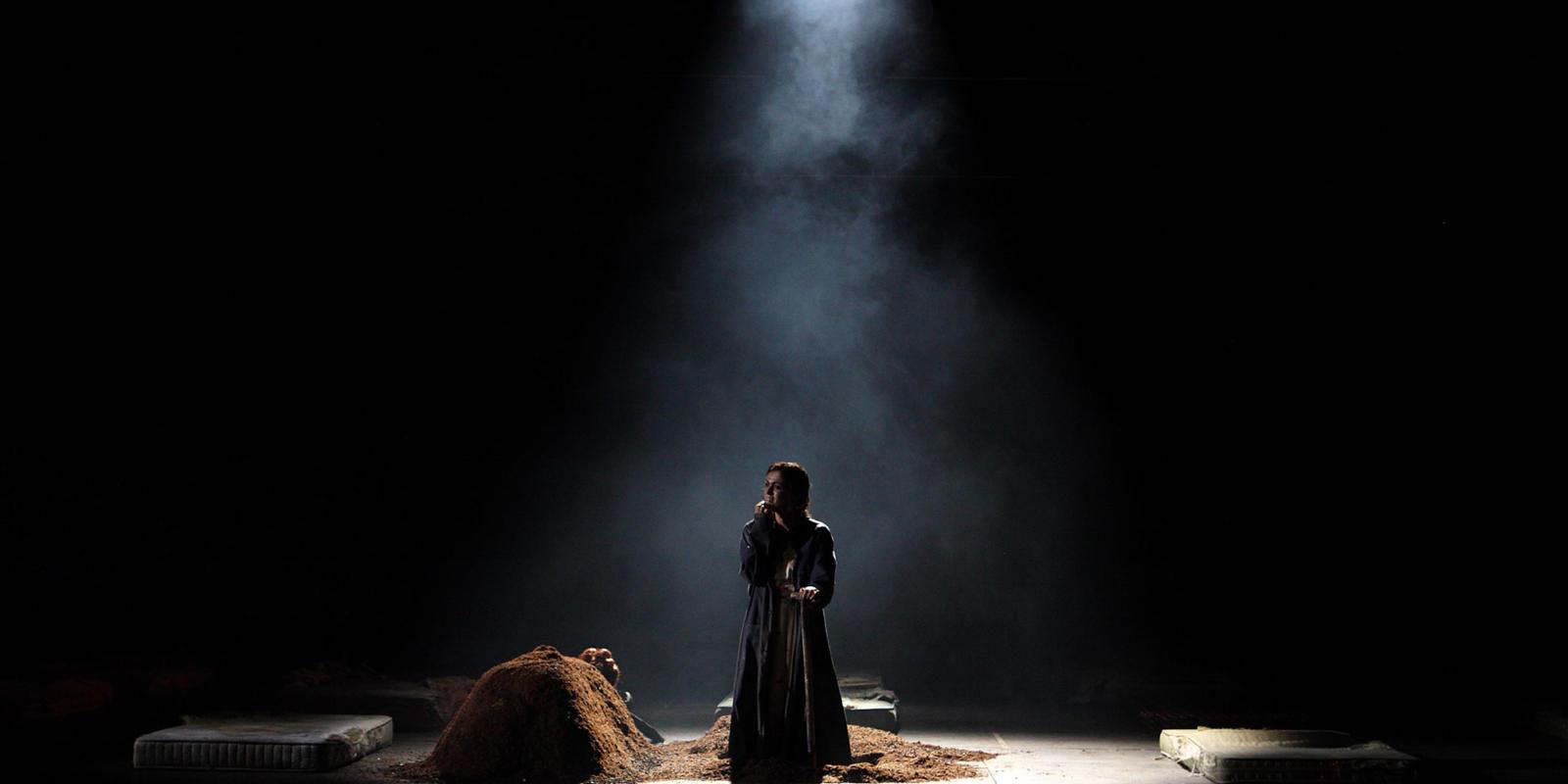 ENO Traviata Claudia Boyle (c) Catherine Ashmore