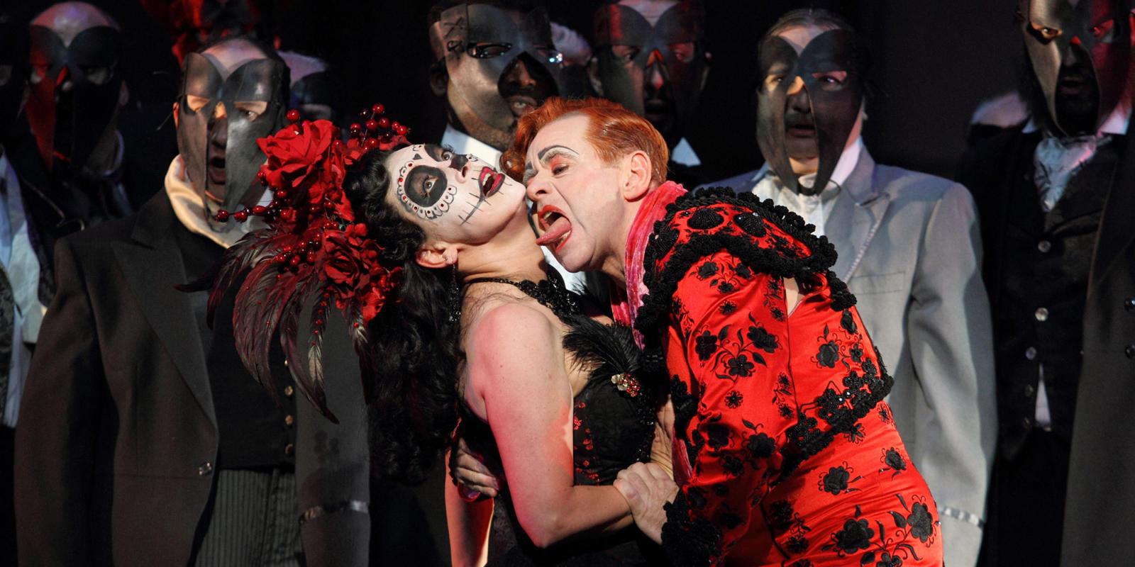 ENO Traviata Heather Shipp, Aled Hall and the ENO Chorus (c) Catherine Ashmore